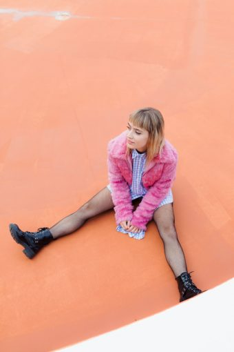Look fourrure rose et bottines vernies