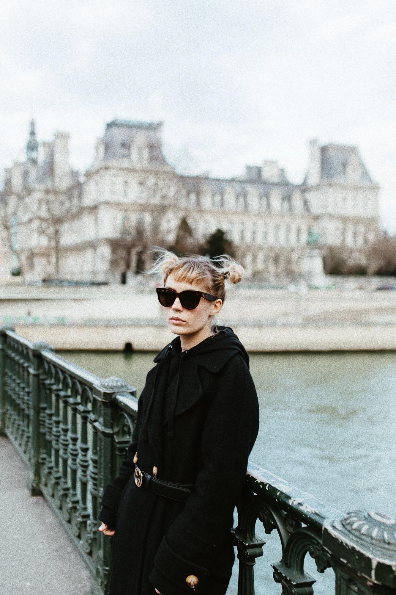 look manteau noir, ceinture gucci et lunettes celine