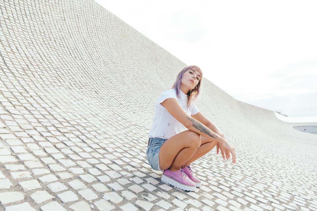 look-teeshirt-blanc-short-en-jean-chaussure-a-paillettes