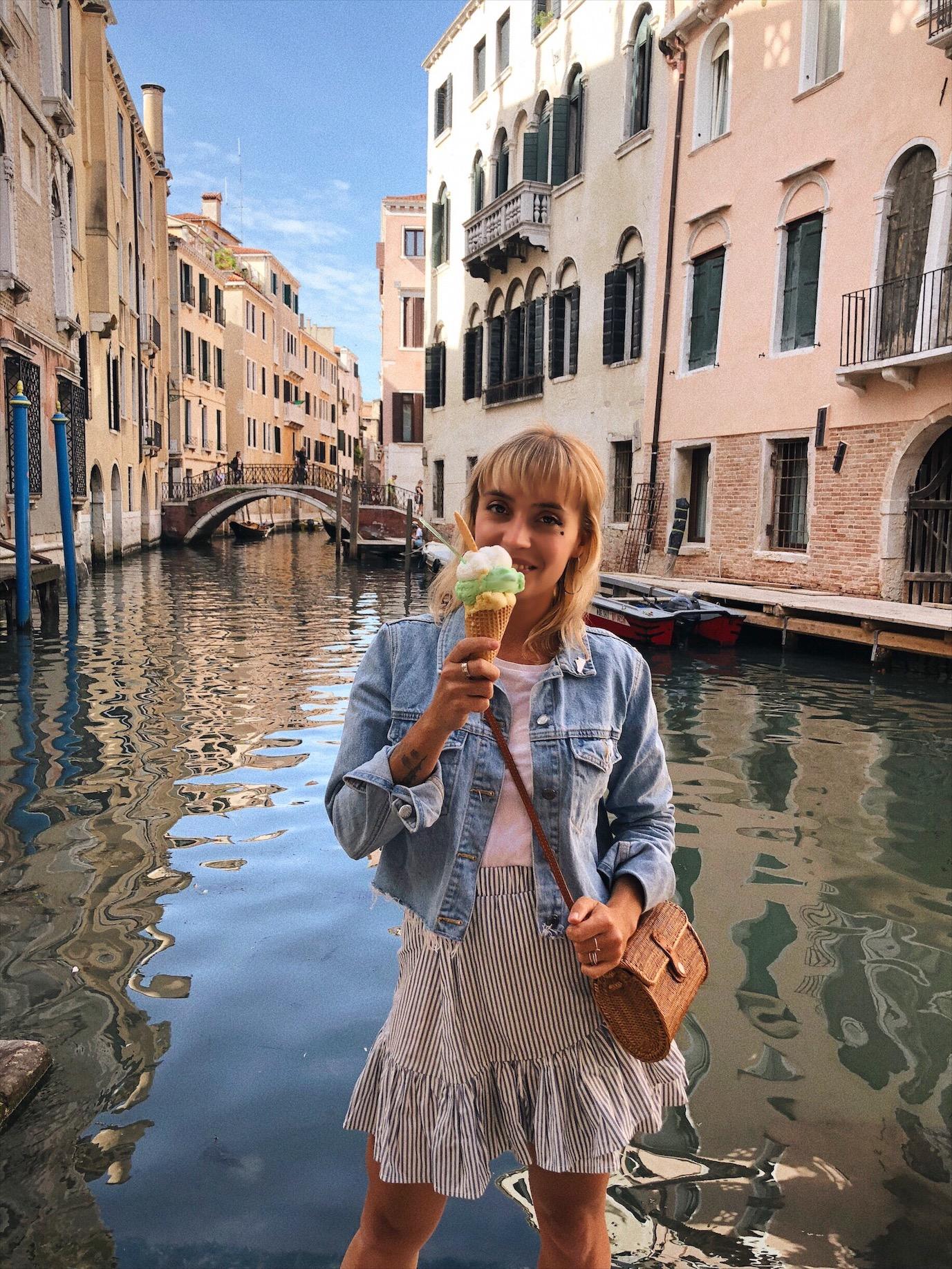 Manger une glace à Venise
