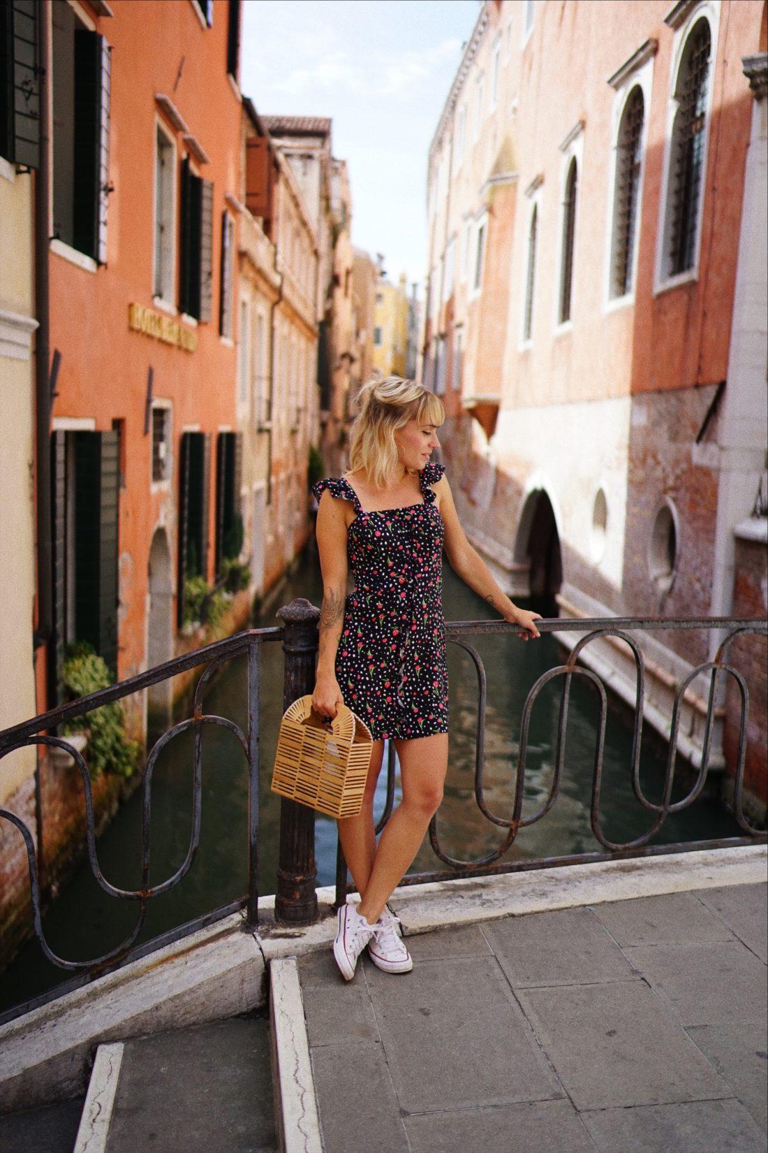 robe à fleurs et froufrou et petit sac
