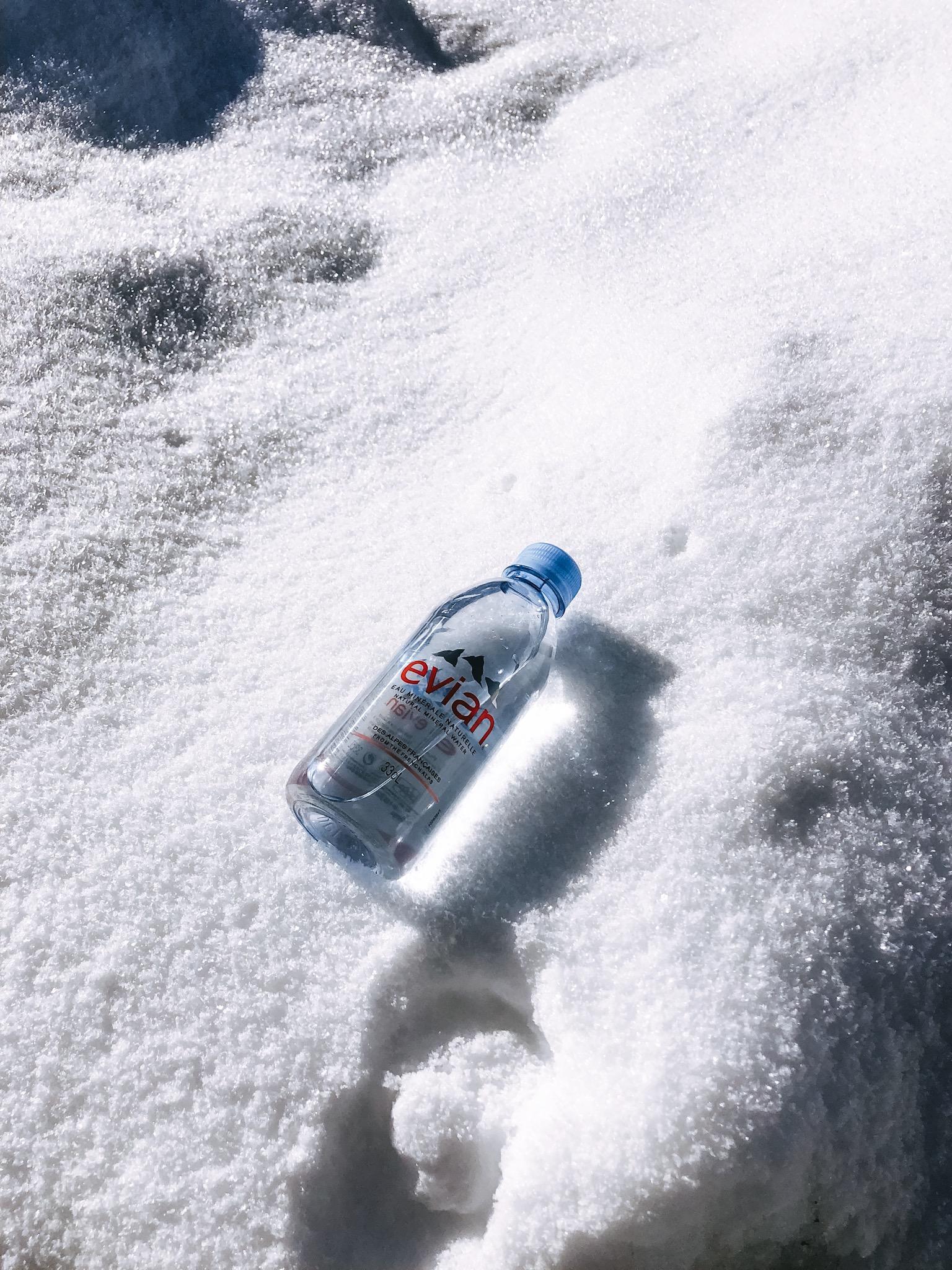 Bouteille d'evian dans la neige