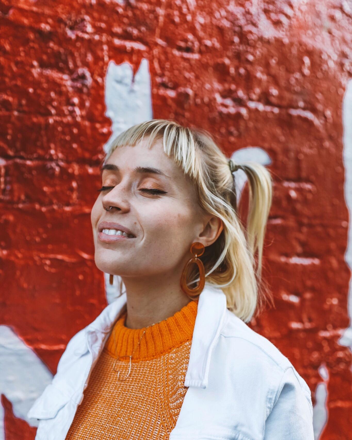 make up orange et boucles d'oreille oversized
