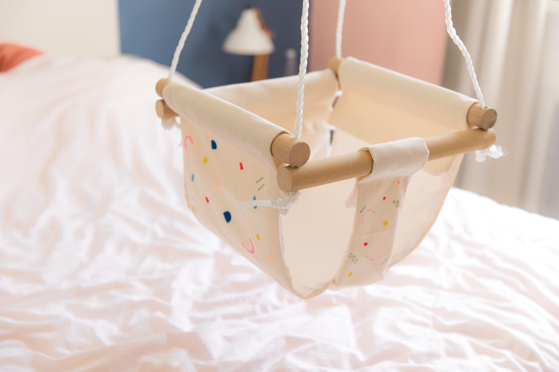 fabriquer une balancoire en tissu pour son bebe diy-18