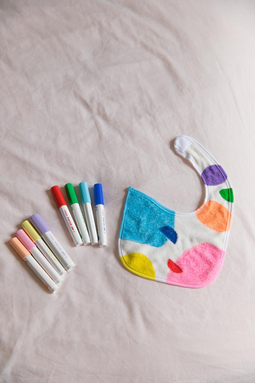 customiser un bavoir avec des couleurs pop