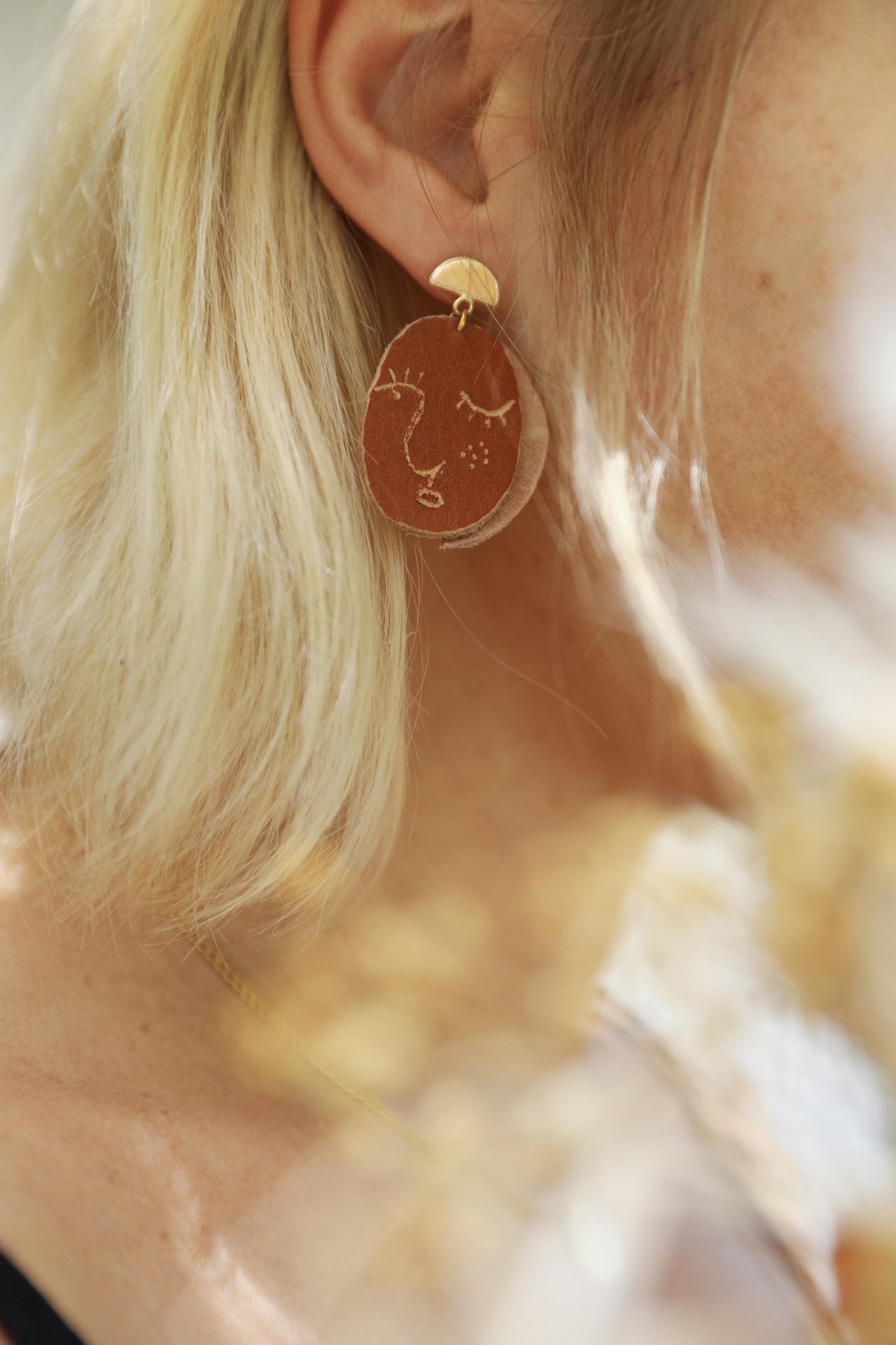 DIY boucle d'oreille en cuir visage earring face