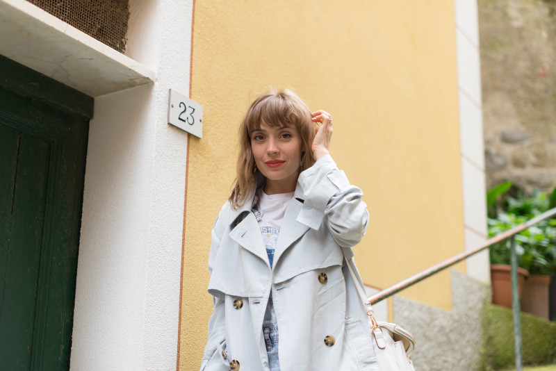 Look trench et salopette denim